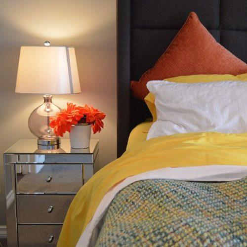 Le lustre ou la lampe à installer dans une chambre à coucher