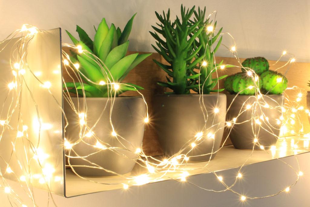 Habiller une étagère avec une guirlande lumineuse LED