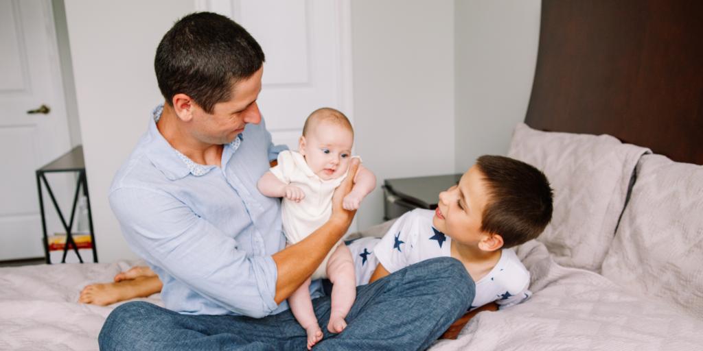 Père et enfant dans la chambre