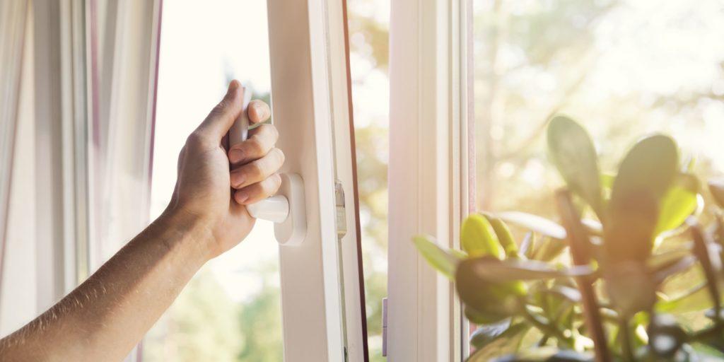personne qui ouvre la fenêtre